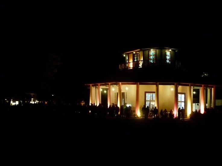 Weißer Pavillon in der Doberaner Kulturnacht  http://frankkoebsch.wordpress.com/2012/10/14/das-war-die-6-bad-doberaner-kulturnacht/