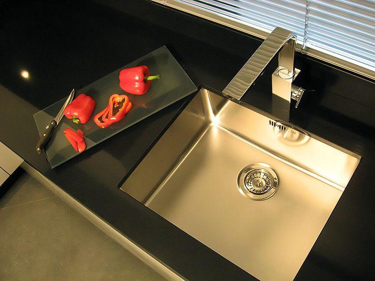 Кухонные мойки Reginox (Реджинокс)  За мытьём посуды хозяйка проводит едва ли не большую часть времени на кухне. И даже, если вы счастливая обладательница посудомоечной машины, без кухонной мойки reginox вам не обойтись. Ведь все равно приходится ополаскивать овощи, фрукты, да и пару стаканчиков приятно вымыть в хорошей качественной раковине. Поэтому её выбор не менее важен чем покупка хорошей бытовой техники. #мойка #плитка #сантехника http://santehnika-tut.ru/kuhonnye-mojki/reginox/