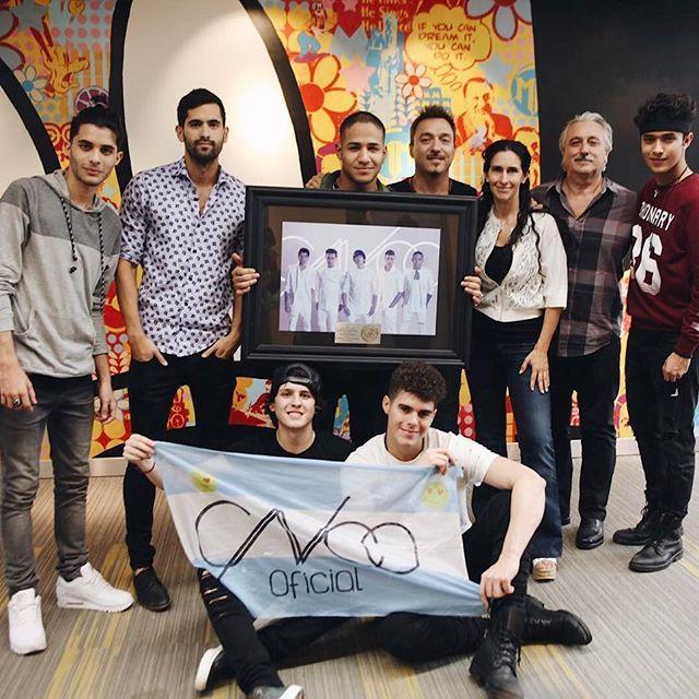 Gracias #CNCOwners de #Argentina y a todo el equipo de @sonymusicargentina, @damiamato @marielacroci @agussarricchio!!! #ReggaetonLento es Disco Platino con más de 20 Millones de streaming!! #CNCOenArgentina