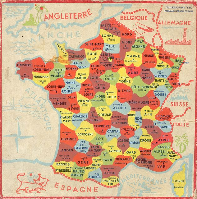 At school, children learned the map of France departments. / A l'école, les enfants apprenaient la carte des départements français.