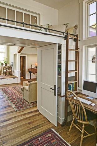 Un lit mezzanine entre deux pièces.  un moyen de couper une pièce en 2 : 2 colonnes bibliothèque de chaque côté pour supporter 1 plateau où l'on aménage le lit d'appoint. 1 porte double battant pour séparer le coin salon du coin bureau. on peur utiliser ce lit mezzanine en lit d'appoint pour loger un visiteur ou un enfant. échelle de libraire qui coulisse sur un rail est 1 très bonne idée pr accéder d'1 côté où de l'autre.