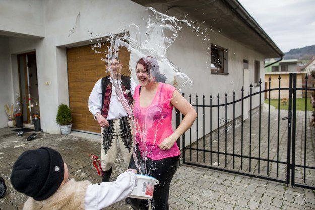 Harmonika, korbáče a vedrá vody. Takto vyzerala oblievačka v Selci - domov.sme.sk