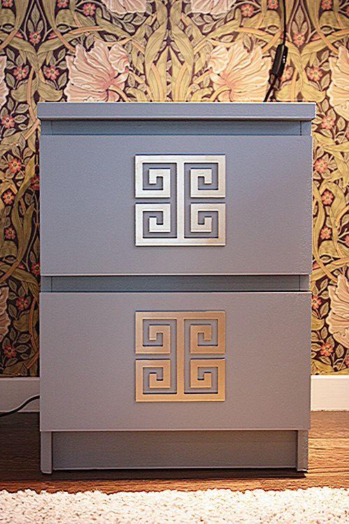 Här har vi målat Malm sängbord i färgen Skymning från Alcro och mönstret Linda som vi sprayat i guldfärg från Bauhaus. Glöm inte häftgrund/primer på bord och mönster för att få färgen att sitta bättre!