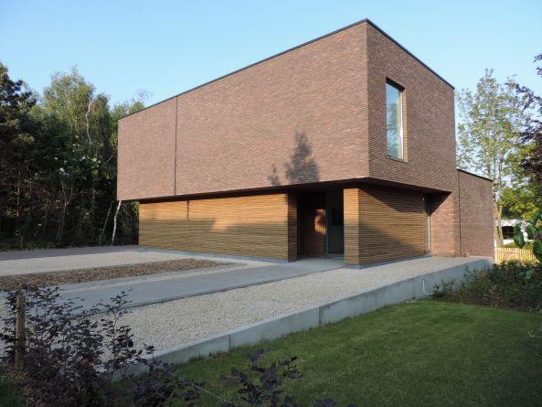 a1 architecten - strakke gevel met houten element & geïntegreerde voordeur