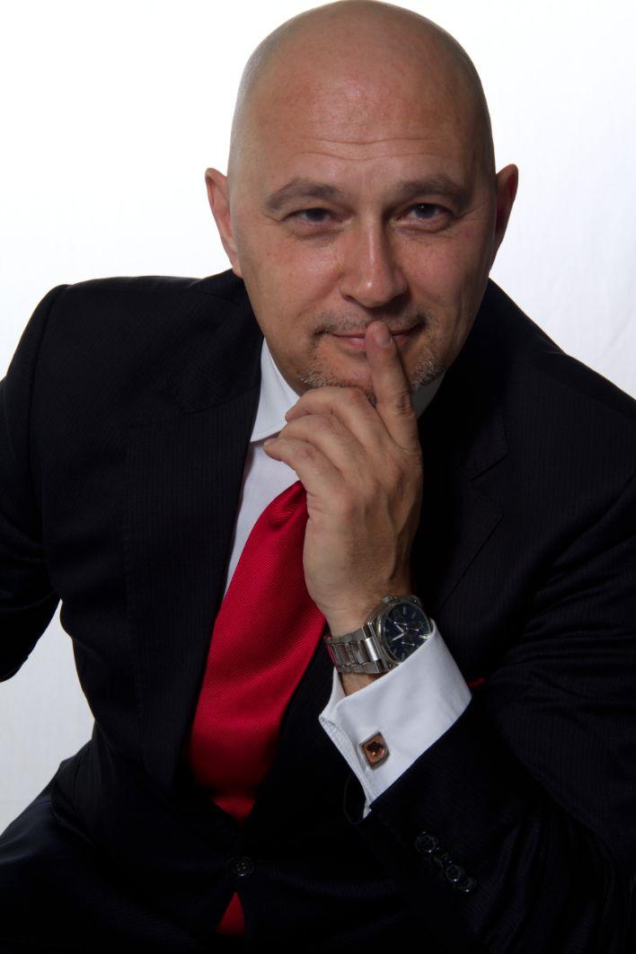 David is sinds 1990 ondernemer en oprichter/eigenaar van een aantal trainingsbureaus waaronder davidrakers.com en De Profilers. Hij heeft als trainer/coach in binnen- en buitenland in verschillende branches gewerkt waaronder als trainer bij Krauthammer Singapore. Zijn kracht is om mensen met elkaar te 'verbinden' en het beste uit de mens te halen.