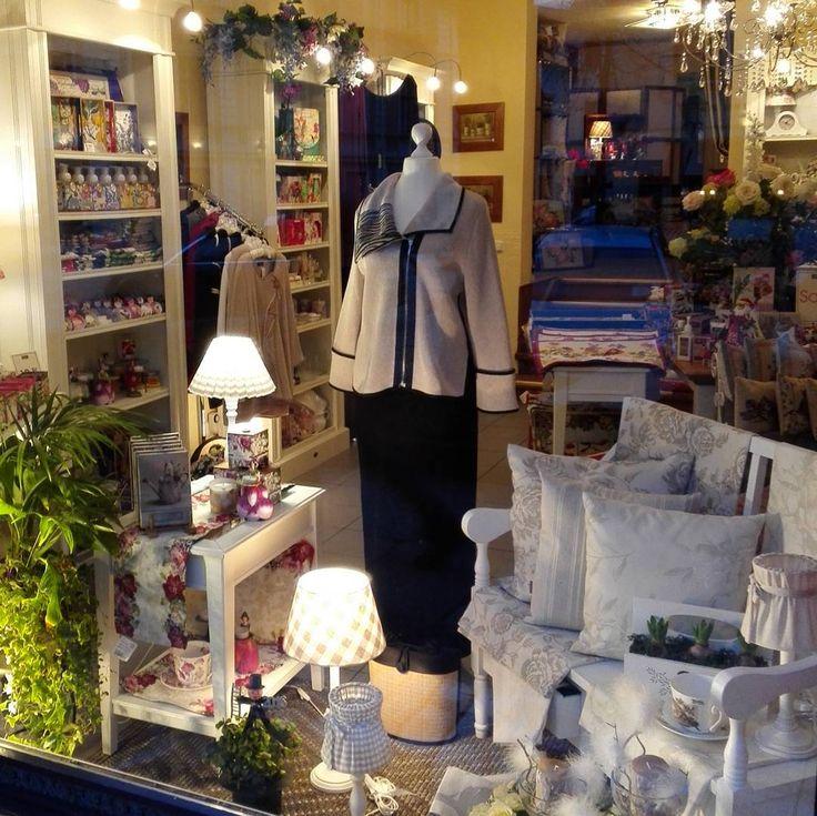 Und Schluss mit Rot. Und Tschüss für heute... Endlich Glühweinwetter und der Weihnachtsmarkt ist weg   Macht Euch ein schönes Wochenende! #WisteriasRoom #potsdam #berlin #shoplocal #british #light #living #accessory #decoration #interiordesign #candle #gifts #instahome #fashion #towel #pillow #design #creative #shabbyhomes #vintagestyle