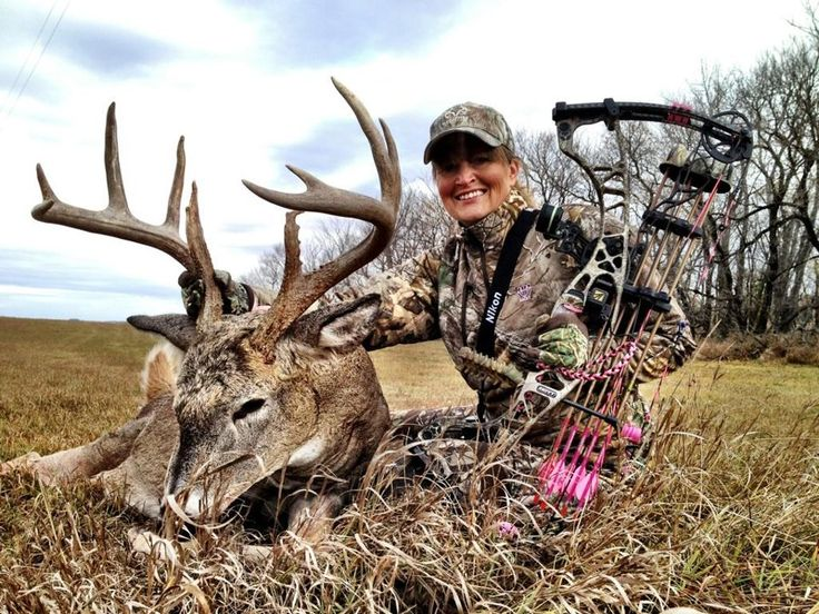 Vicki takes a great buck with her new 2013 Hoyt Spyder - Vicxen Edition.