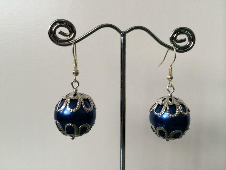 Oorbellen met grote blauwe parel (2) (€12,50) *verkocht*