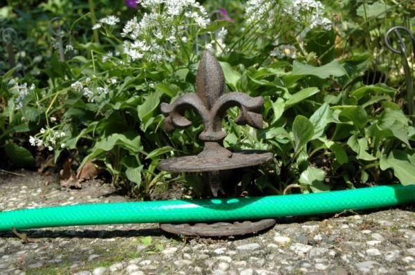 Földbe szúrható öntöttvas locsolótömlő vezető, antik barna színben. Három formával rendelhető.