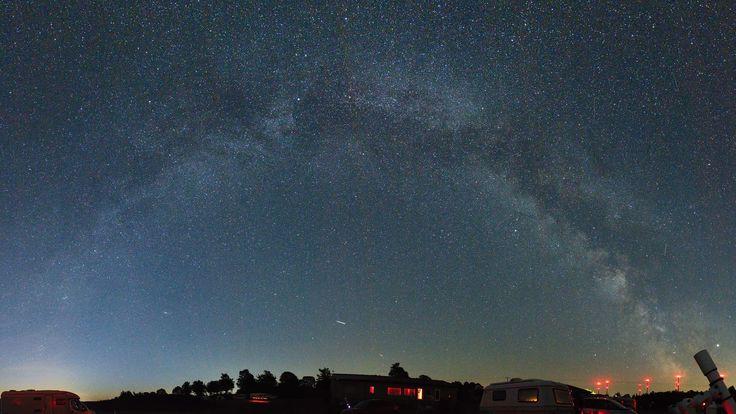 Milchstraße über der Sternenwelt Vogelsberg – Panorama aus 13 Hochkant-Aufnahmen – Spektrum der Wissenschaft