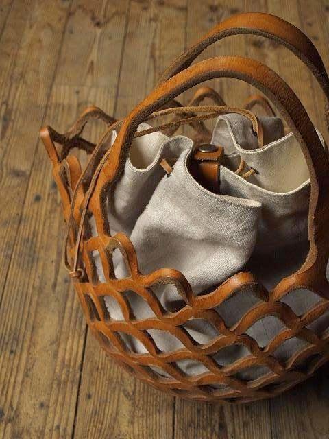 borsa traforata in cuoio e stoffa.