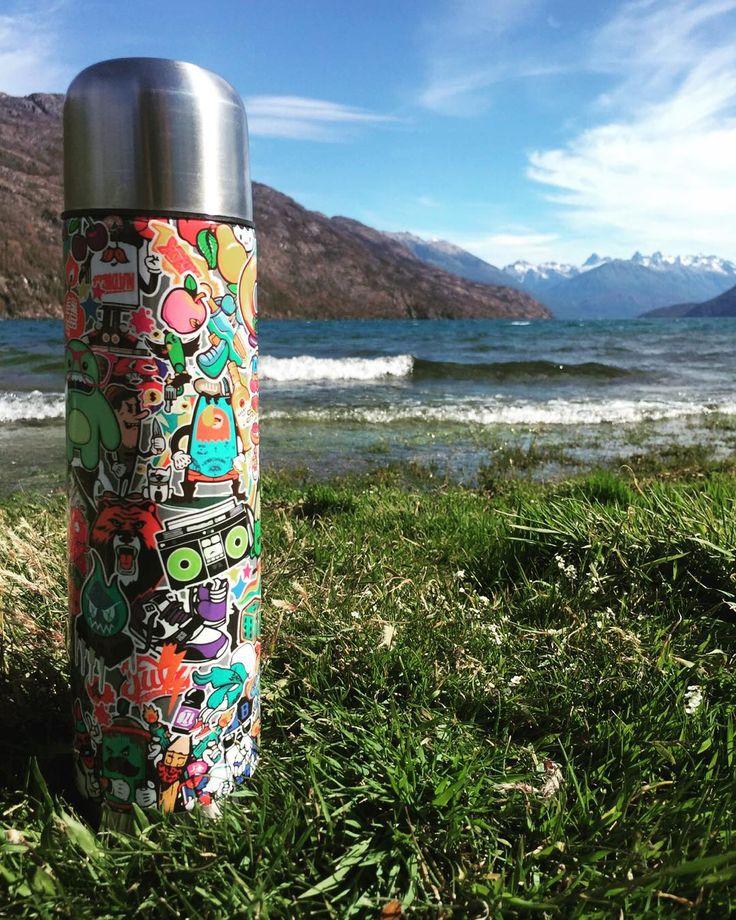 @skinfactoryar: Nos enviaron esta foto, arrancando el día en #Bariloche con nuestro termo #StickerBomb  Conseguí el tuyo en nuestra web y llevalo a tus vacaciones ✅ www.skinfactory.com.ar