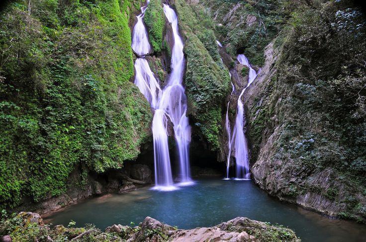 Topes de Collantes ligger kun 20 kilometer fra Trinidad i Cuba, og her kan du trekke til Caburni Falls. Turen går gennem kaffeplantager og ender ved det smukke vandfald, hvor vandet buldrer 62 meter ned i en sø, og kolibrierne flyver rundt mellem bananpalmer og orkidéer.