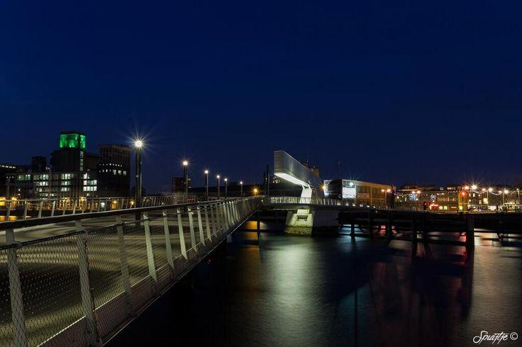 Foto van de Rijnhavenbrug vanaf de zijkant genomen.