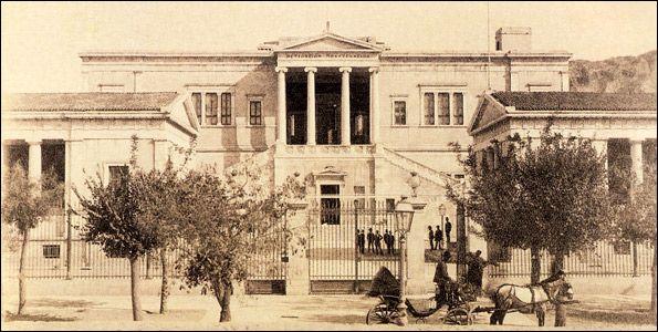 Το Εθνικό Μετσόβειο Πολυτεχνείο,1900. Το συγκρότημα του Πολυτεχνείου, όπως υφίσταται σήμερα, οικοδομήθηκε σε τρεις διαδοχικές φάσεις: Μεταξύ των ετών 1862-1876, ανεγέρθηκαν τα δύο κτίρια προς την οδό Πατησίων (της Σχολής Καλών Τεχνών και της Πρυτανείας) και το κεντρικό (της Αρχιτεκτονικής Σχολής), με κληροδοτήματα των ομογενών Νικολάου Στουρνάρη, Μιχαήλ & Ελένης Τοσίτσα, και συμπληρωματικά του Γεωργίου Αβέρωφ. Και τα τρία βασίστηκαν σε σχέδια του αρχιτέκτονα Λύσανδρου Καυταντζόγλου…
