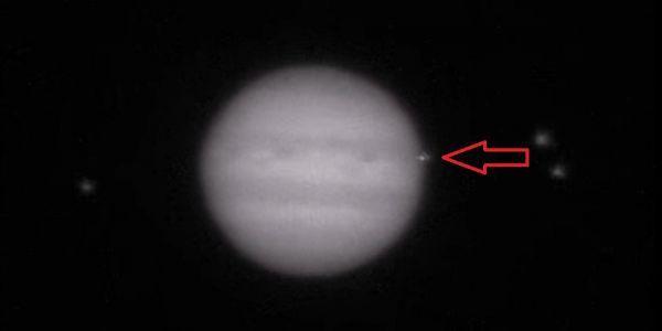 De pijl geeft de mogelijke inslag weer in de atmosfeer van de planeet Jupiter