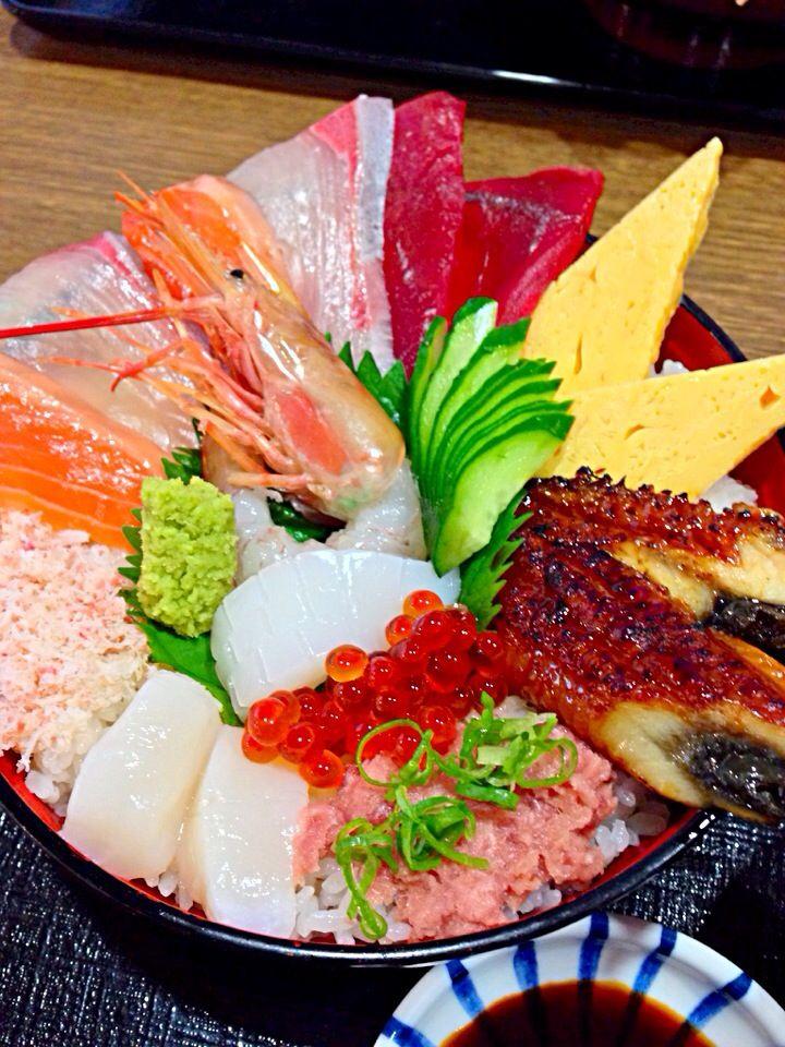 Seafood bowl of rice topped with Sashimi. Kaisendon 海鮮丼!