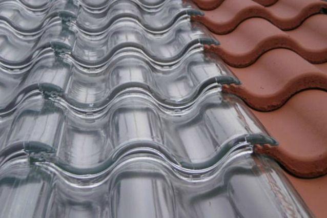 Sistema di tegole in vetro trasparenti che promettono di riscaldare casa a costo zero e senza consumo di energia.