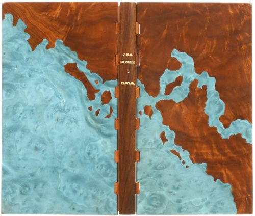 Reliure d'Alain Taral exécutée en bois d'acajou, ornée d'un décor mosaïqué en acajou et loupe d'érable teintée en bleu.