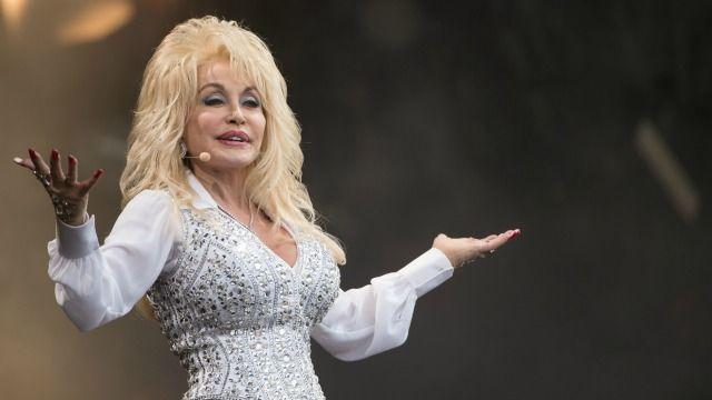 Dolly Parton gaat weer uitgebreid op tour! De 70-jarige zangeres geeft zestig concerten in de VS en Canada en laat daarbij nieuwe nummers horen.