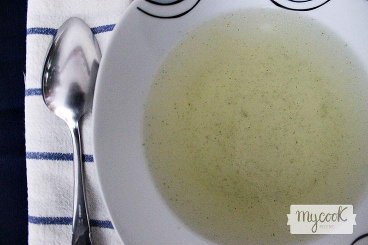 Consomé ligero de verduras - http://www.mycookrecetas.com/consome-ligero-de-verduras/