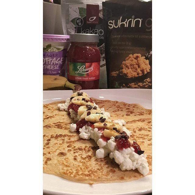 Well hello😍🙈 Tynne havrepannekaker fylt med cottage cheese, jordbær syltetøy, banan, sukrin og kakao nibs😋👌🏼 #pannekaker #pancakes #havrepannekaker #shapeupnorge #linemat #sukringold #middagstips #farliggodt