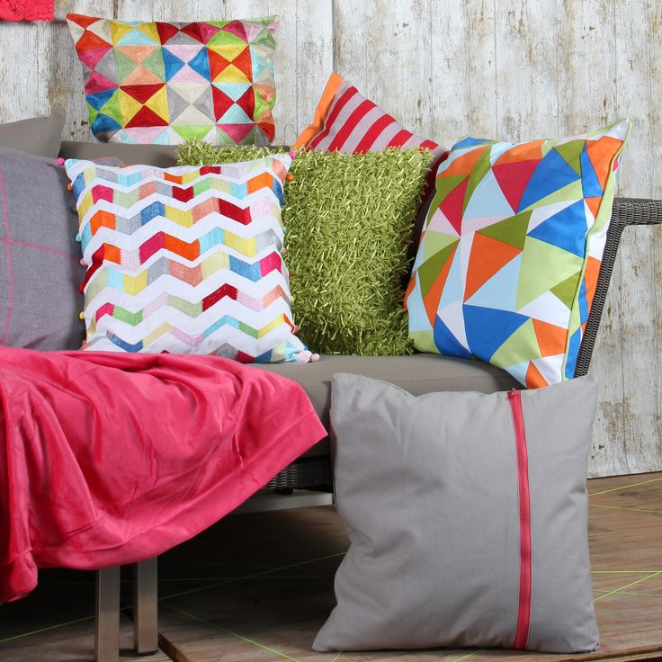 Breng kleur aan in uw interieur met sierkussens in neon kleuren of met neon accenten.