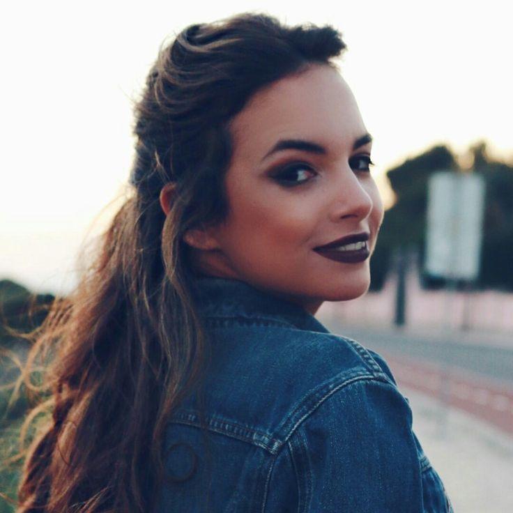 A Maria Vaidosa Para mim é a melhor youtuber de Portugal!!! Eu gosto mesmo muito dos seus vídeos de Moda e Beleza O canal dela é A Maria Vaidosa e o seu verdadeiro nome é Mafalda Sampaio... Também tem um canal de vlogs que são muito bons e ela faz com que mesmo algo que seja desinteressante seja incrível de assistir,é uma exlente vloguer e youtuber claro. Ela também tem um pinterest procurem por amariavaidosa.