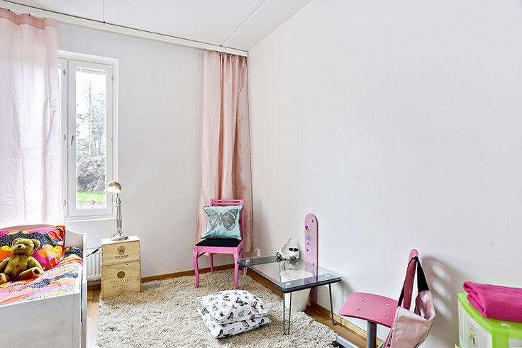 Pikkutytön ihana makuuhuone espoolaisessa asumisoikeusasunnossa.