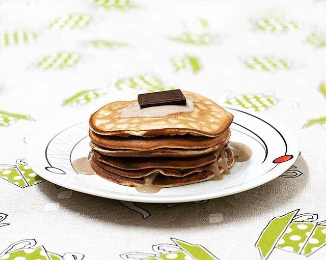 ❤ Si somos lo que comemos y esto está tremendo... ¡Yo debo de estar buenísima!  ✏ Tortitas -> 1 Huevo + 3 Claras + 1 medida de OatMash White Chocolate + 1 medida de Whey Pure Fusion Protein sabor Moca (Ambos de @amixesp) + Stevia.  ✏ Topping -> Yogur Bifidus Cremoso 0% + Esencia de Vainilla + 1 Onza de Chocolate Sin Azúcar.   Falta mi imprescindible trozito de piña, el café... ¡Y dar los buenos días con una sonrisa de oreja a oreja! .