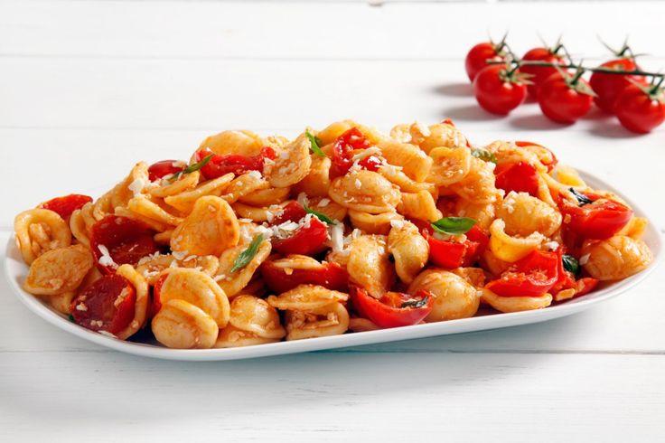 Le orecchiette con pomodorini e ricotta salata sono un primo piatto vegetariano appagante e veloce da realizzare