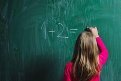 V predchádzajúcich článkoch o možných problémoch prváčikov sme sa venovali písaniu a čítaniu. Matematika nám ostala nakoniec – pretože k dobrému učeniu sa matematiky dieťa potrebuje ako písanie, tak čítanie.