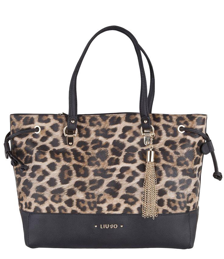 De Dalya Large Tote van Liu Jo is een trendy tas in een klassiek model. De tas is uitgevoerd in hoogwaardig PU-leer en voorzien van een fraaie luipaardenprint (€156,00)