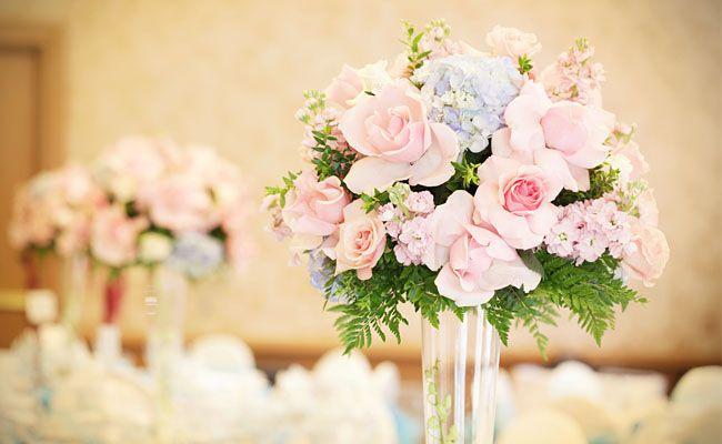 Dicas para optar pelas flores da época, deixar o casamento mais bonito e ainda economizar.