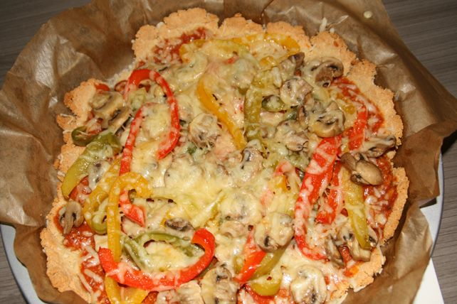 Stap 1 Verwarm de oven voor op 180°. Stap 2 Snij de paprika's in reepjes en doe ze in een pan. Zet de panop een laag vuurtje en laat even stoven. Maak de champignons schoon en voeg ze bij de pan. ...