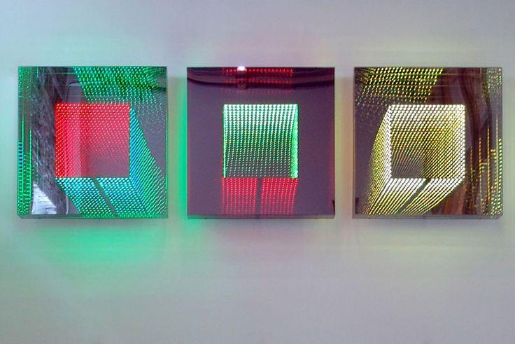 L'artiste allemand Hans Kotter place des diodes lumineuses colorées et des miroirs dans des cubes de plexiglas pour créer ces sculptures dans lesquelles des formes géométriques semblent flotter et se répéter à l'infini. [Via]