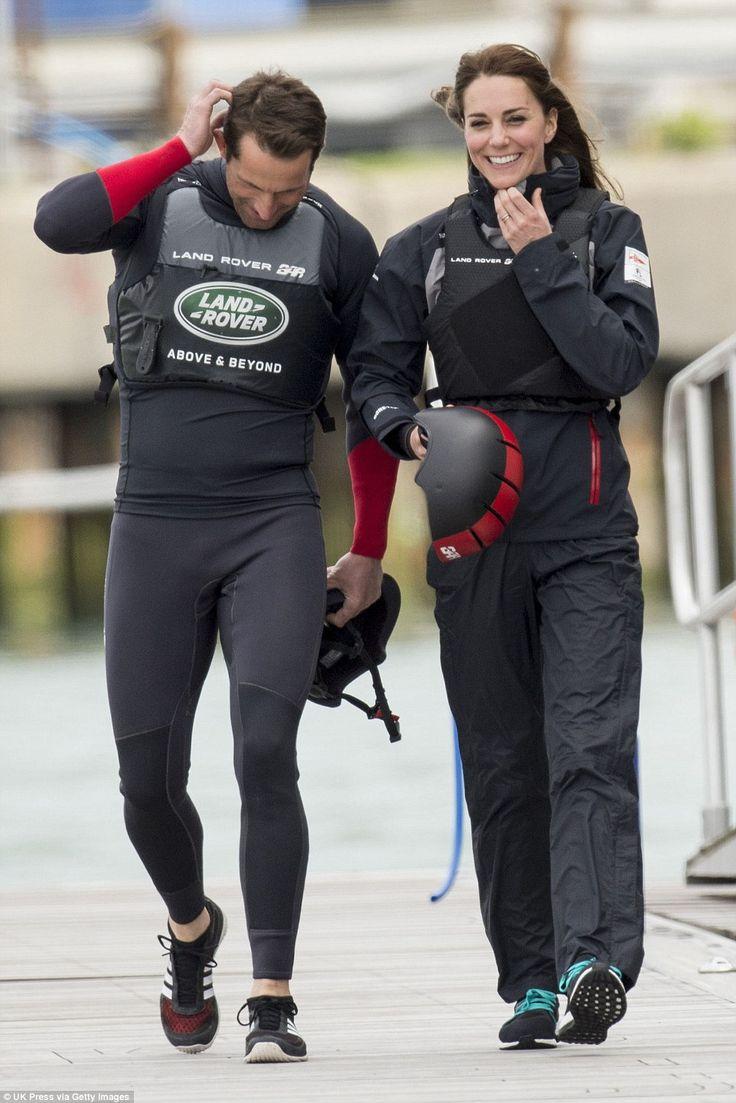 Kate Middleton, duchesse de Cambridge, a profité de sa visite de soutien au 1851 Trust à Portsmouth le 20 mai 2016 pour embarquer avec Ben Ainslie et son équipage (Ben Ainslie Racing) à bord du Solent, pour un entraînement en vue de la Coupe de l'America 2017. Kate a ensuite quitter l'équipe et est apparue décontractée (mais un peu décoiffée) vêtue d'un pull et d'un pantalon noir.