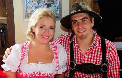 Schon lange ein Paar, seit 2010 verheiratet: Philipp Lahm und seine Claudia. Foto: dpa