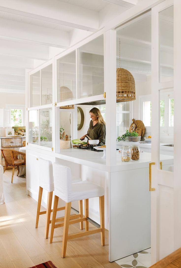 Cocina con pared acristalada blanca que comunica con el comedor_ 00464941