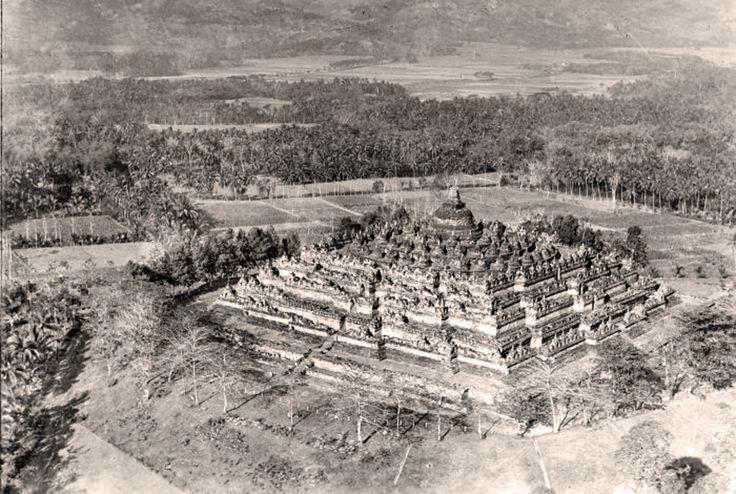 https://flic.kr/p/fqkAt3   Air photo of the Borobudur in 1928-1940   Photographer : Koninklijke Nederlandsch-Indische Luchtvaartmaatschappij (KNILM) Foto Studio. Source : Tropenmuseum