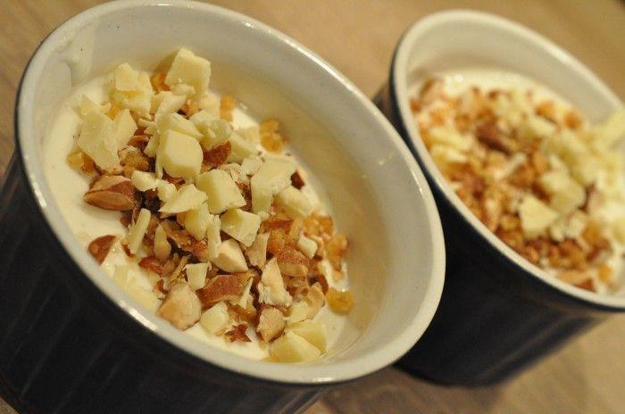 Tykmælksfromage med mandelknas og hvid chokolade