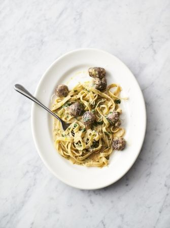 Jamie Oliver: 5 ingredients - Easy sausage carbonara
