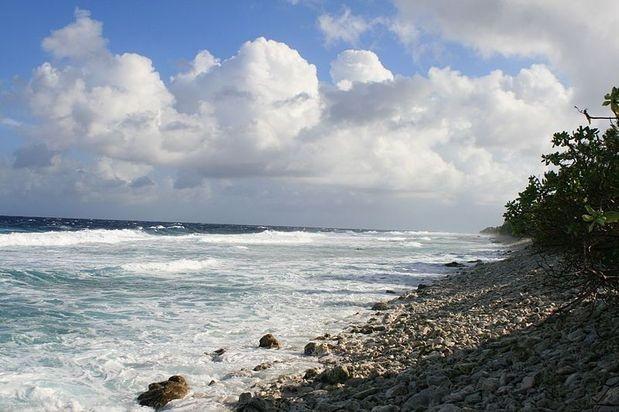 Tuvalu está compuesto de islas y atolones. Llegar hasta allá es difícil y por ello los costos son altos. Es un paraíso desierto de playas blancas. Sus habitantes se divierten bailando y cantando.