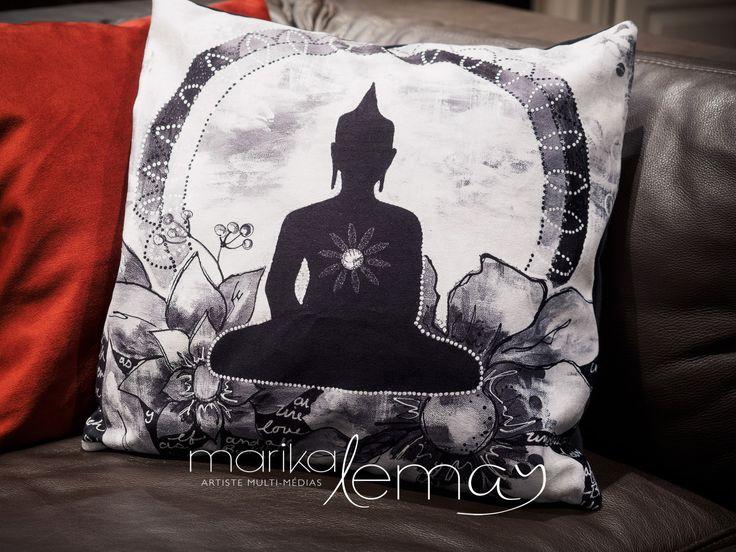 Housse de coussin imprimé Bouddha méditation sur velours par Marika Lemay artiste mixed media rouge sarcelle jaune et noir de la boutique MarikaLemayArtiste sur Etsy