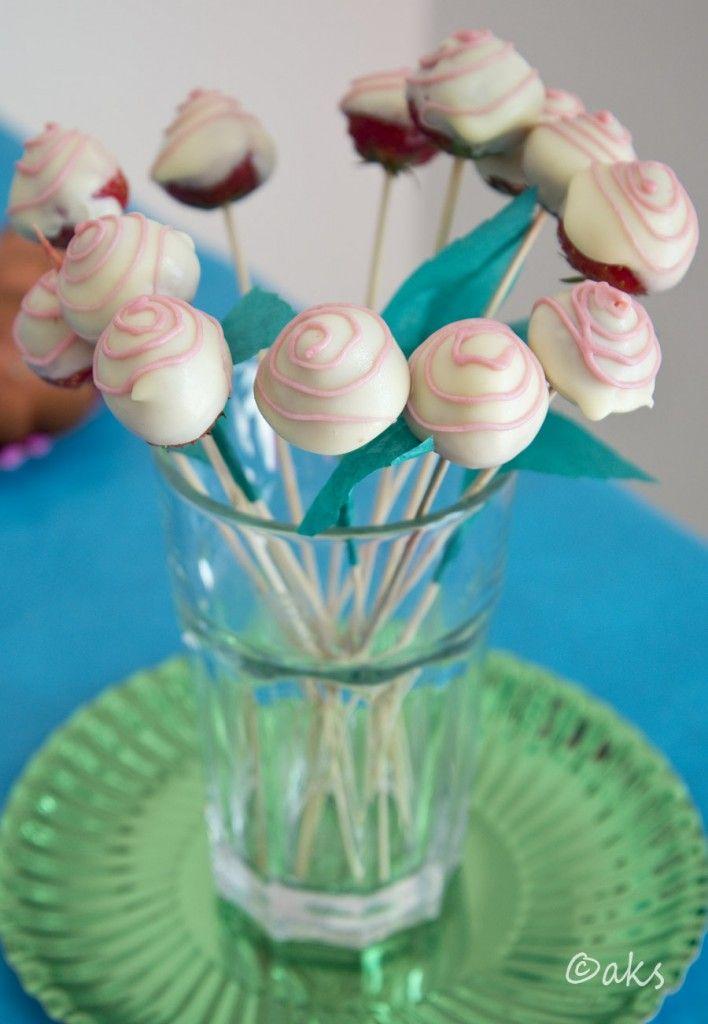 Jordgubbsrosor. Jordgubbar med vit choklad. Till kalas med rostema.
