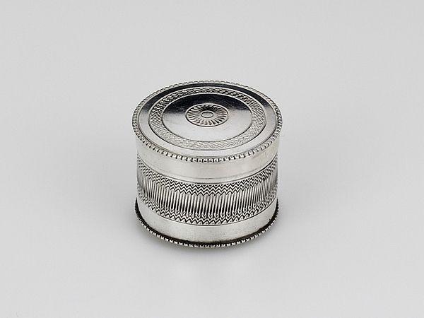 Zilveren doosje 1821-1828 - Hollands zilveren (munten)doosje 2e gehalte Diameter 2,5 cm, 2 cm hoog Gewicht 9 gram Met zwaardje gemerkt 1814-1905 Meesterteken H. Remmers - Amsterdam 1821-1828