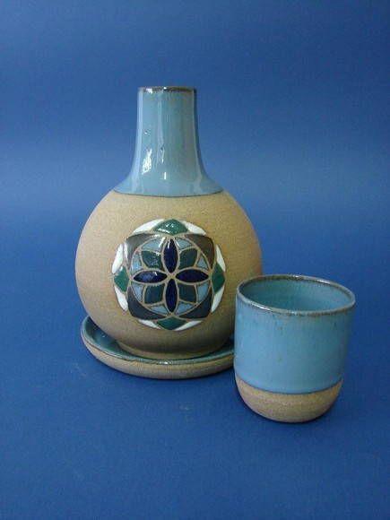 Moringa feita em cerâmica de alta temperatura, com copinho e pratinho, pintada à mão.