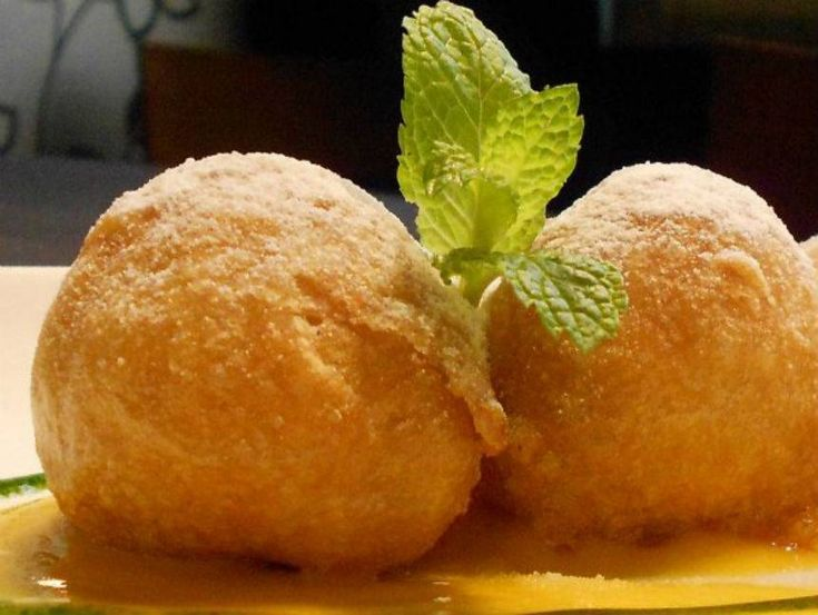 Buñuelos rellenos de queso de maracuyá (Menú Degustación). Reserva online en EligeTuPlato.es