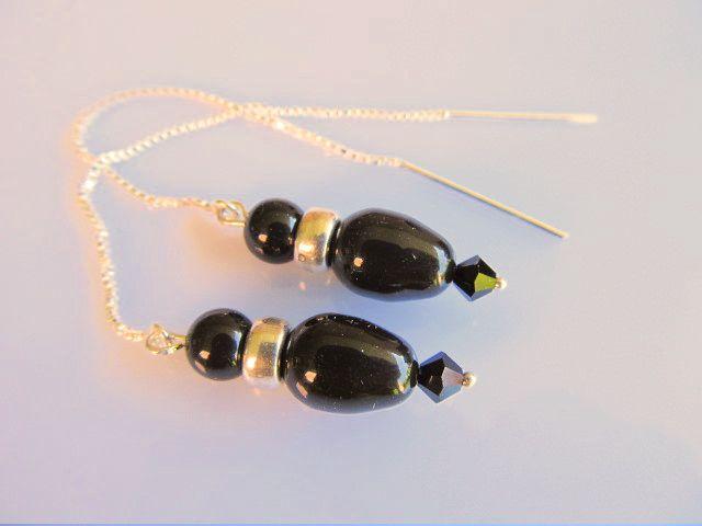 Oorbellen Mystic Black swarovski peervormige parels mystic black met een bicone kristalglas swarovski kraaltje en mystic black pareltje rond. aan mooi kettinkje dat door het oor gaat. geheel zilver.