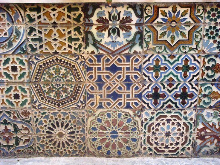 Azulejos geométricos antiguos en el Palacio de Lebrija, Sevilla. | Matemolivares